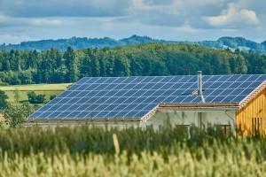 Popularyzacja odnawialnych źródeł energii pozytywnie wpływa na jakość powietrza (fot. Pixabay)